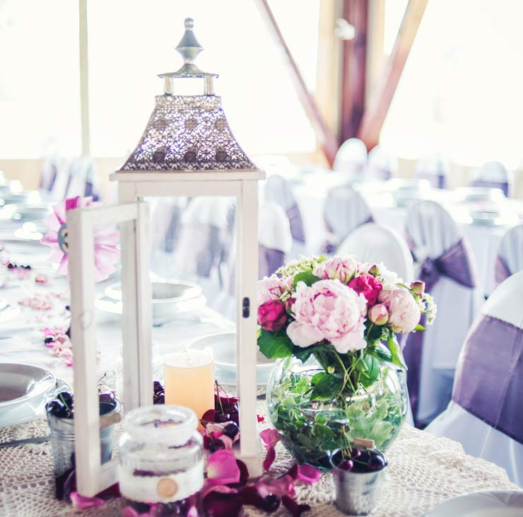 Wedding table with lantern